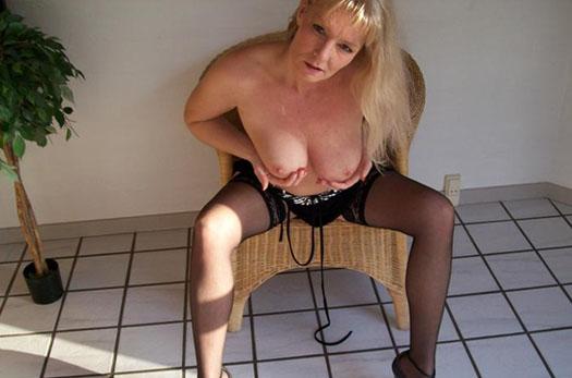 blonde frau mit grossen bruesten laesst sich im videochat gratis ficken